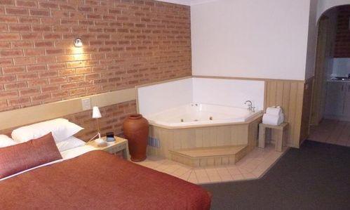 Colonial Motor Inn Spa Suite